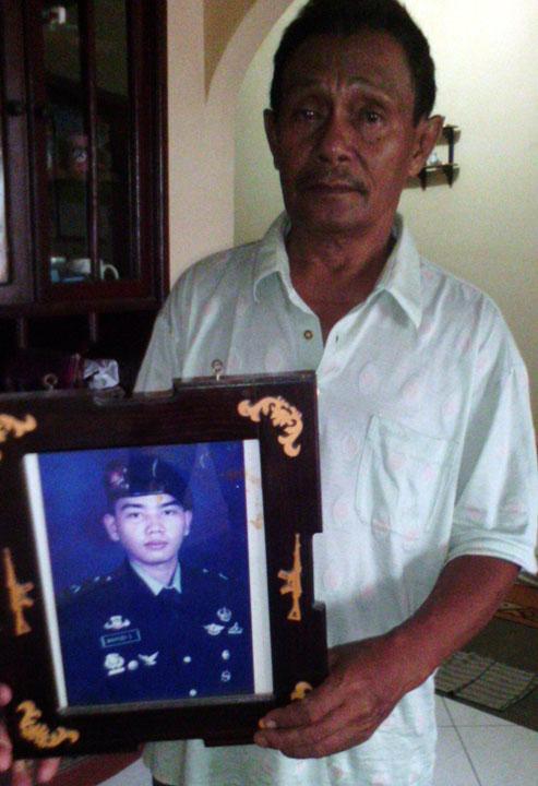 Sang-ayah-memegang-foto-Brigadir-Wahyu-Syahputra