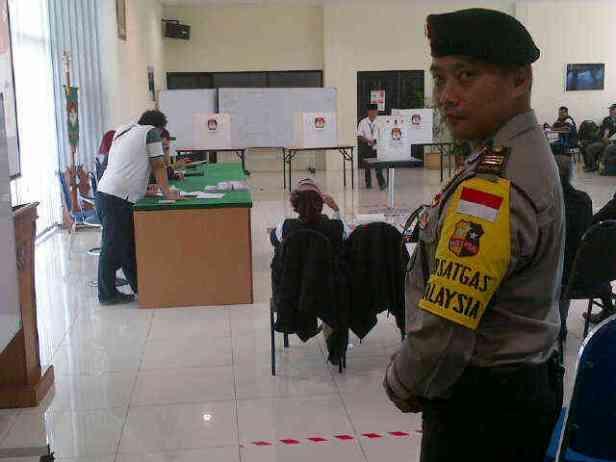 Pencoblosan di TPS Kuching berlangsung aman dan tertib (sambil selfie)