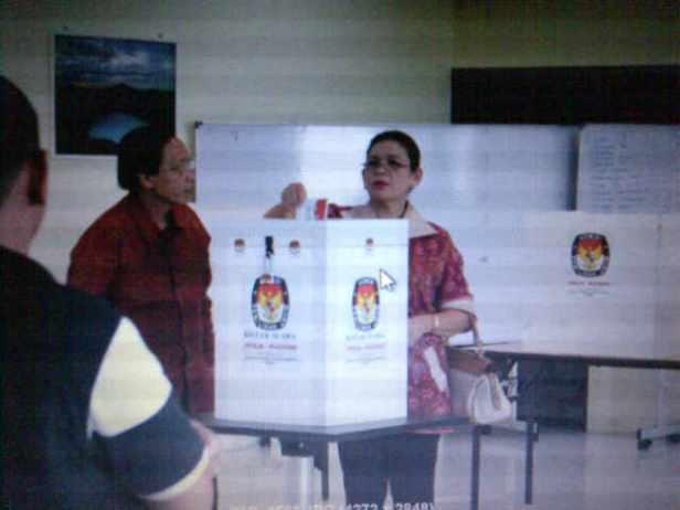 Pencoblosan di TPS Kuching diawali oleh Pak Konjen dan isteri