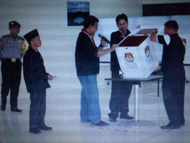 Pengecekan kotak suara TPS Kuching sebelum pelaksanaan pencoblosan, kosoooong....