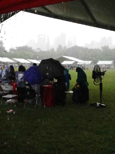 turun hujan disaat pencoblosan di HK