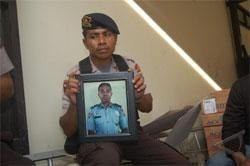 Seorang anggota Brimopda Papua di Jayapura, membawa foto Briptu Sahrul Mahulau (28) dari Kompi 3 Dewa Satbrimobda yang menjadi korban penembakan oleh kelompok separatis bersenjata di Kota Lama Mulia, Puncak Jaya , Senin (15/2). (ANTARA/Anang Budiono)